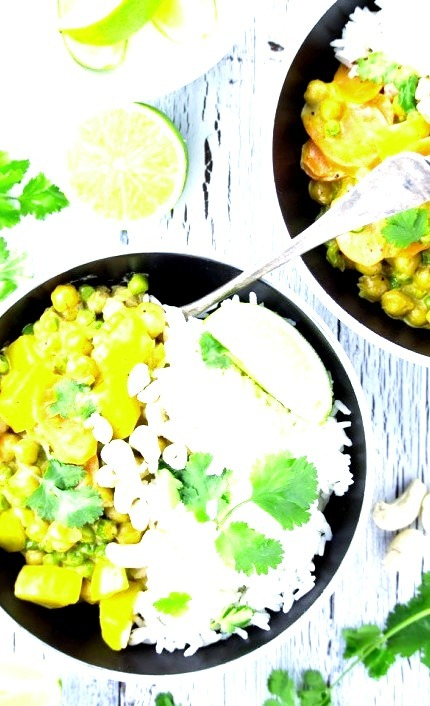 Easy vegan chickpea curry with potatoes / RecipesourceClick here for more vegan food inspiration!